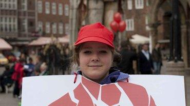 """Junge Frau mit Plakat """"Ich kann Aufsichtsrat, weil"""""""