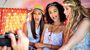 Drei junge Frauen blödeln vor der Kamera