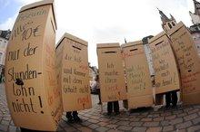 """Protestaktion der ver.di-Frauen Rheinland-Pfalz und Saar gegen Niedriglöhne, IFT 2009, Motto """"Frauen bestimmt""""."""