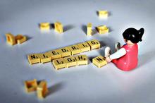 "Playmobil-Frau sitzt vor dem Wort ""Niedriglohn"""