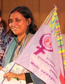 Vorsitzende der GWTUC: Joly Talukder mit ver.di-Frauenfahne