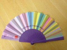 Fächer mit bunten Streifen und violetten Rahmen