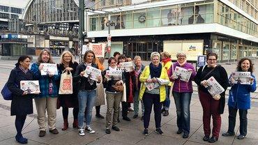 Bundesfrauenrat verteilt in Berlin die ver.di Publik zur #BTW17
