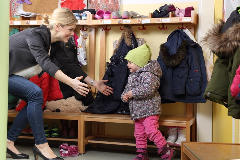Frau Kind Kindergarten KiTa Vereinbarkeit Familie