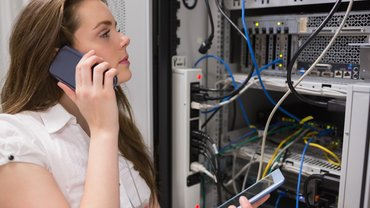 Frau arbeitet an Servern