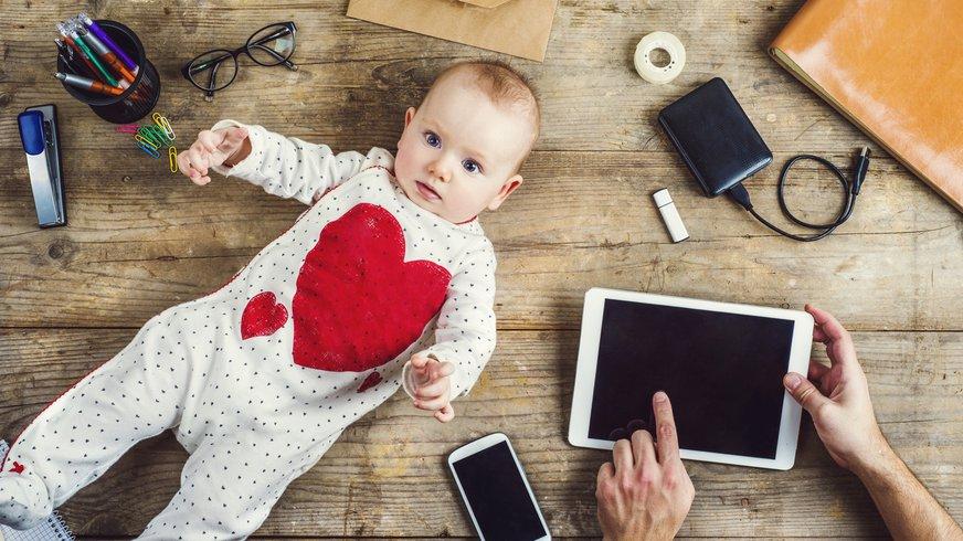 Familie Beruf Vereinbarkeit Baby Schreibtisch Kind