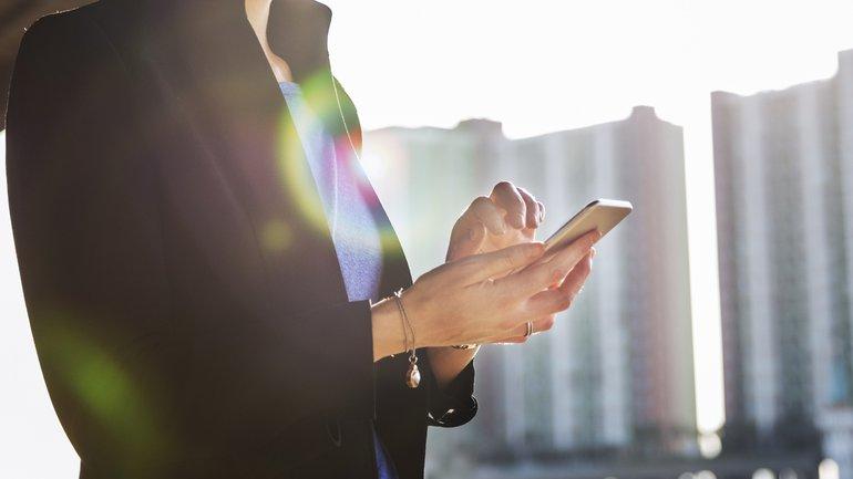 Frau Geschäftsfrau mobile office Mobile Arbeit Handy