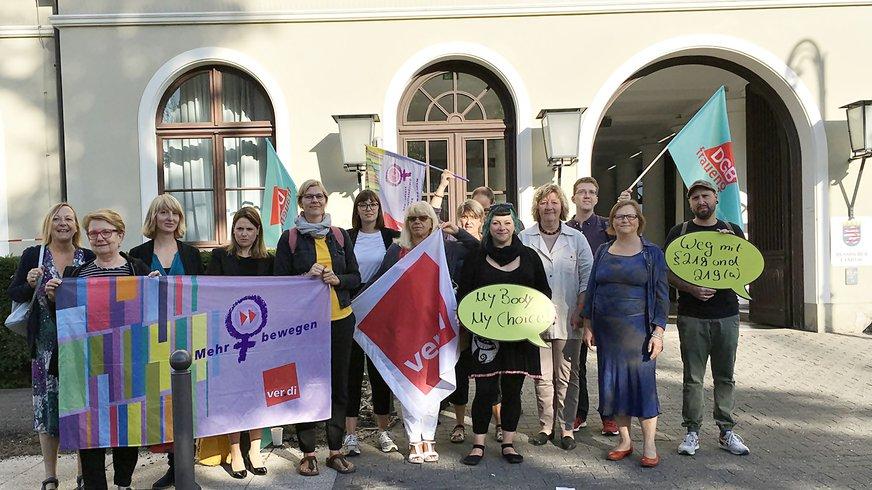 Aktive von ver.di, DGB und weiteren Organisationen bei einer Protestaktion vor dem hessischen Landtag für eine von der Partei DIE LINKE initiierte Anhörung zur Einrichtung von Schutzzonen vor Schwangerschaftsberatungsstellen (22.08.2019)