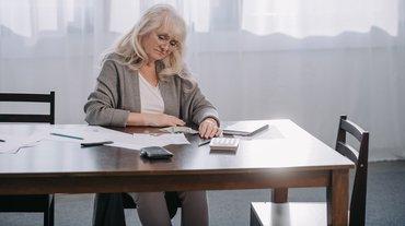 Frau Existenzsicherung Existenzangst Geldsorgen Niedriglohn