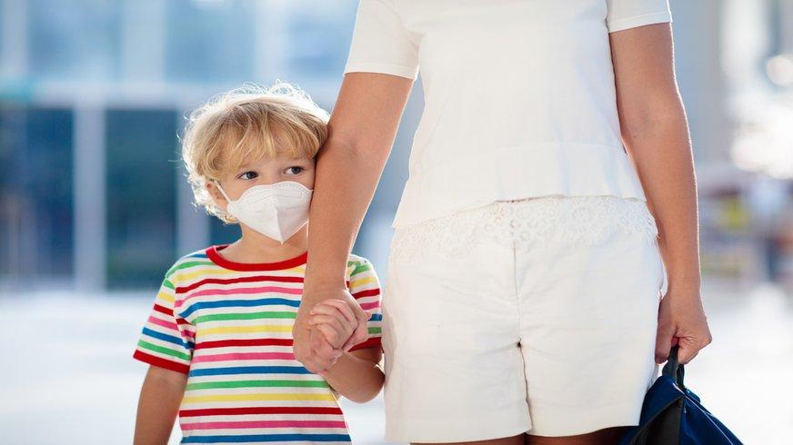 Familie Mutter Kind Maske Virus Corona Pandemie Einkauf shoppen