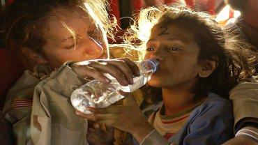 Refugee Humanitäre Hilfe Geflüchtete Kind Wasser Trinkwasser
