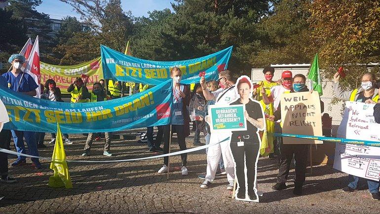 Streikende bei der zweiten Verhandlungsrunde in Potsdam